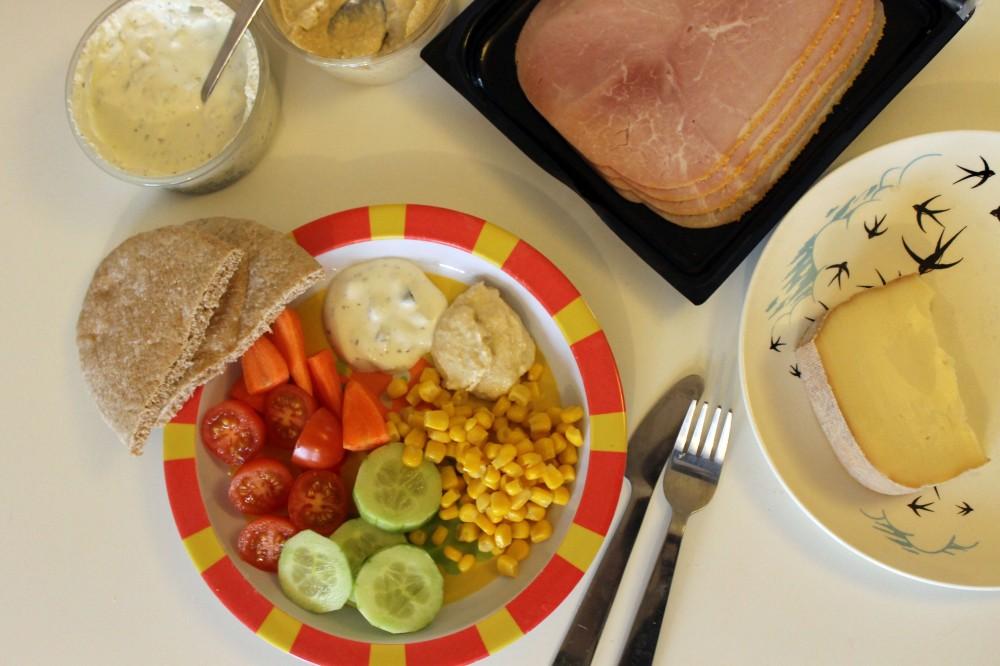 Salad houmous Tzatziki & pitta @ healthyfoodiebaby